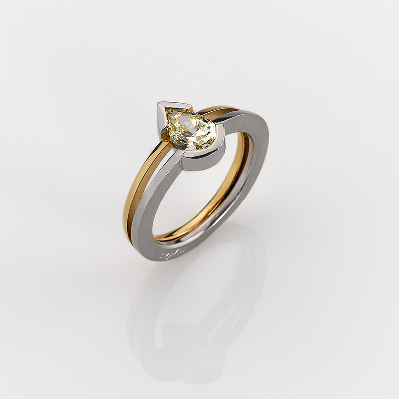 Ring - Platinum 950/-, Gold 750/- - 1 Diamond - pear shape 0,901ct