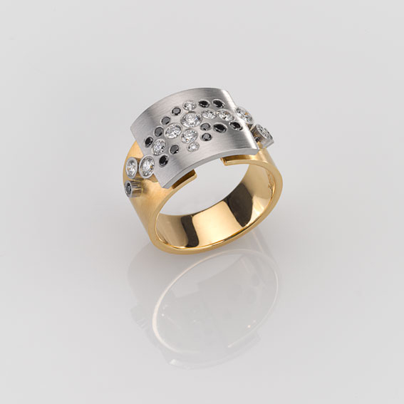 Ring - Platinum 950/-, Gold 750/- - 14 Diamonds - brilliant cut – black 0,232ct - 11 Diamonds - brilliant cut tw-vs 0,51ct