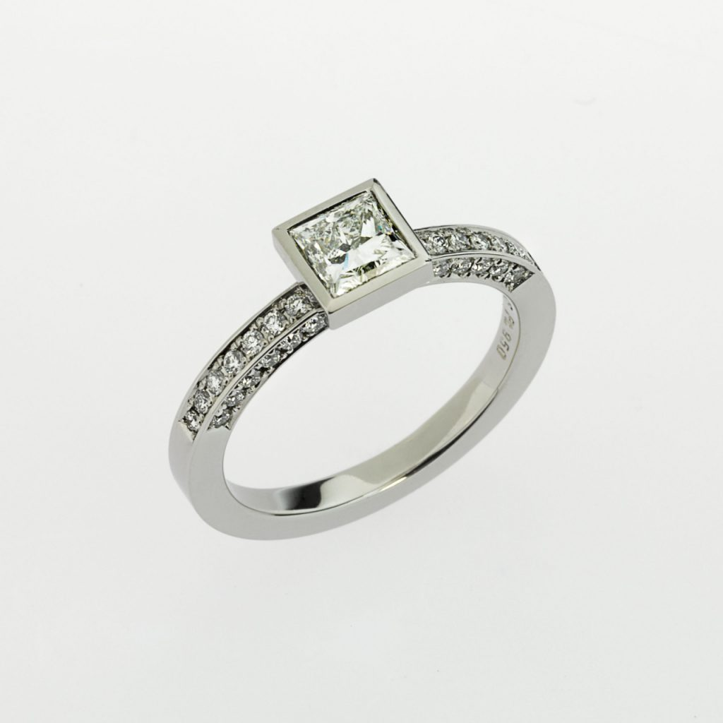 Ring - Platinum 950/- - 1 Diamond-Princess cut tw(F)-vsi1 0,70ct - 40 Diamonds - brilliant cut 0,35ct
