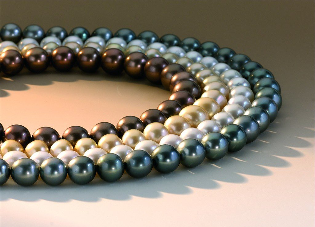 Strands of pearls Tahitian- and south sea pearls