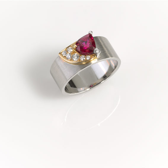 Ring - Platinum 950/-, Gold 750/- 1 Ruby 1,52ct 7 Diamonds - brilliant cut 0,155ct