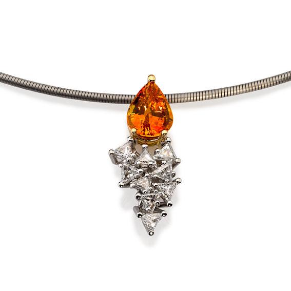 Pendant Platinum 950/-, Gold 750/- 1 Sapphire 2,177ct 9 Diamonds - triangle cut 0,76ct